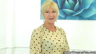UK cougar Sapphire Louise gives their way fanny a supreme finger penetrate