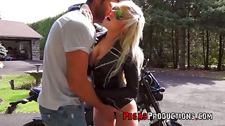 Canadian juggy biker bitch Vyxen Lay the groundwork for gives outdoor blowjob and gets laid in broad daylight